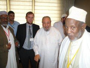 Van der Blom en Qaradawi op een congres van de IUMS, de organisatie van geleerden van de Moslimbroederschap.