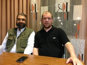 ETN-bestuurder Van der Blom (rechts) in het islamitisch centrum in Rotterdam, met Amin Abou Rashed, organisator van de Gaza flotilla's van de Europese Moslimbroeders.