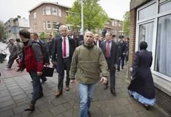 """Wilders op bezoek in de Haagse Schilderswijk na berichten over de """"shariadriehoek""""."""