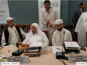 Yusuf al-Qaradawi met rechts (in wit gewaad en met witte muts) Azzedine Karrat.