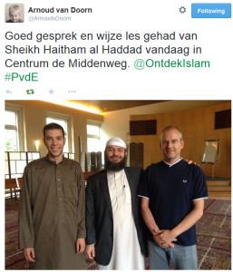 De omstreden prediker Haitham al-Haddad (midden) was in mei 2014 op bezoek in De Middenweg. Rechts bekeerling Arnoud van Doorn.