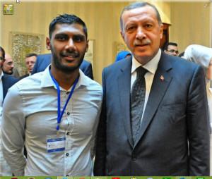 DENK-functionaris en FEMYSO-bestuurder Umar Chaudry (links) op de foto met de Turkse politicus Erdogan.