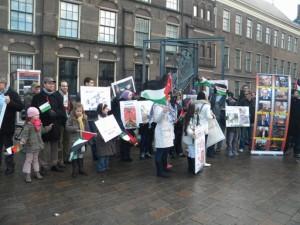 Gaza-demonstratie van het Palestijns Platform voor Mensenrechten en Solidariteit (PPMS), december 2009 in Den Haag. Links (met donkere jas en pet) Jacob van der Blom, rechts van hem Aissa Zanzen.