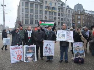 PPMS-delegatie bij een Gaza-manifestatie op de Dam in januari 2010. Tweede van links Zanzen (met PPMS-bord), derde van links Ibrahim Akkari. Beide foto's komen van de website van PPMS, onderdeel van de Moslimbroederschap in Nederland.