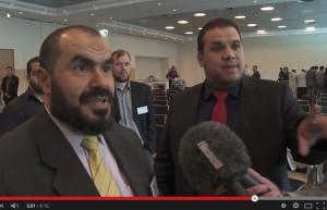 Yassin Elforkani (rechts) zegt tegen anti-islam-activist Ben Kok (buiten beeld) dat hij nog één vraag mag stellen aan Salah Soltan, spreker op het FION-congres.