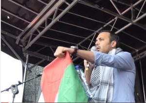 Nourdin el Ouali spreekt tijdens een Gaza-betoging in Amsterdam.