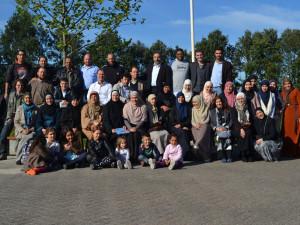 Groepsfoto rond Fadel Soliman tijdens een islamkamp van de Nederlandse Moslimbroeders.