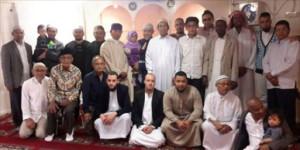 Groepsfoto bij Rukun Islam met op de voorgrond (vierde en vijfde van links) Hizb ut-Tahrir leden Kamal Aboe Zaid en Mikail Abu Aaïsyah.