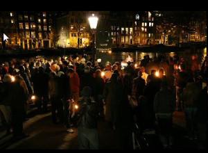 Fakkels bij de Kristallnachtherdenking van 2008, de eerste herdenking door Nederland Bekent Kleur na de campagne tegen Pim Fortuyn.