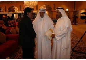 Mutlaq Alqarawi (rechts) en Adel al-Falah (midden) ontvangen het Britse Hogerhuislid Lord Sheikh.