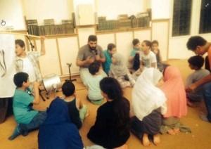 Baraa Ahmad vermaakt de kinderen in de El Tawheed Moskee. Nu staat hij op de terroristenlijst.