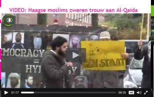 Fouad el Bouch achter een geel bord bij de Belgische ambassade. Links organisator Azzedine Choukoud.