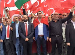Tweede van links Hamas-activist Amin Abou Rashed. Rechts van hem Mehmet Kaya, oud-voorzitter van UETD Nederland. Daarnaast (met vlag over de schouders) de huidige UETD-voorzitter Turan Atmaca. De man links van Abou Rashed blijkt ex-UETD-secretaris Huseyin Sayilgan, die in het nieuws kwam nadat hij columniste Ebru Umar aangaf bij de Turkse overheid.
