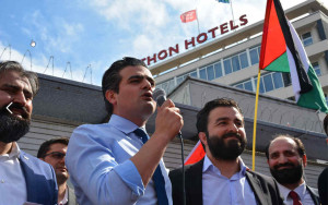 Tunahan Kuzu aan het woord. Uiterst rechts Mehmet Kaya van UETD Nederland.