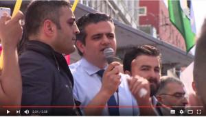 Tunahun Kuzu spreekt de betogers toe. Uiterst rechts op het podium Amin Abou Rashed.