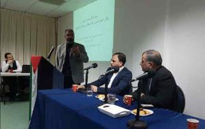 Amin Abou Rashed spreekt de vrijwilligers toe, Achter de bestuurstafel Majed Al-Zeer (rechts) en Ahmad Skineh.
