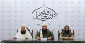 Toespraak van Al-Jolani. Rechts Nusrah-veteraan Abu Abdullah al-Shami, links Al-Qaida-topman Abu Faraj al-Masri.
