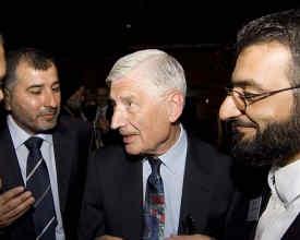 Rotterdam 2007. Dries van Agt tussen de Hamas-kopstukken Al-Zeer (links) en Abou Rashed (rechts).